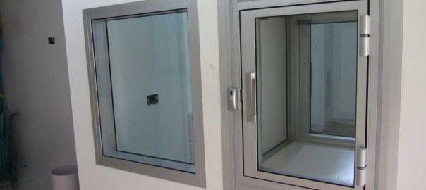 חלון ותא מעבר לבית מרקחת