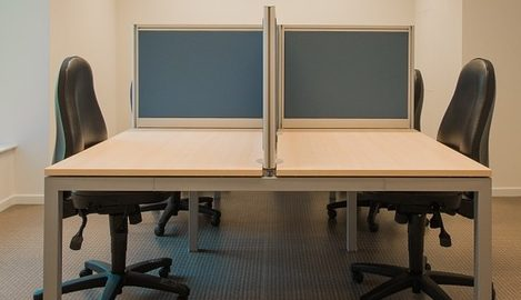 מחיצות אקוסטיות בין עמדות עבודה בחללי עבודה משותפים