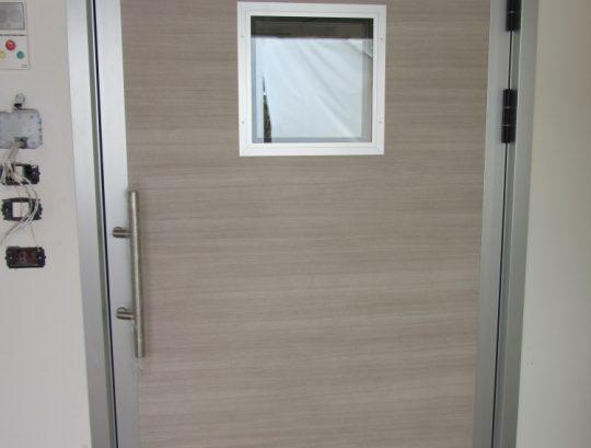 דלת אשפוז במחלקה גריאטרית כולל צוהר.
