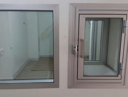 ארון מעבר וחלון צפייה בחדרים אספטיים בבית מרקחת