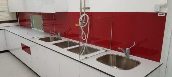 ריהוט מעבדה עם חיפוי זכוכית