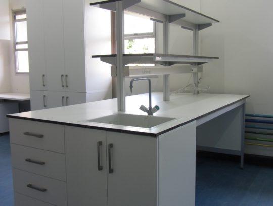 שולחן מעבדה דו צדדי כולל עמדת שטיפה כיור פוליפרופילן