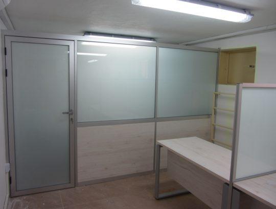 """סגירת משרד במחיצות גובה 205 ס""""מ כולל דלת במילוי מלמין זכוכית חלבית."""
