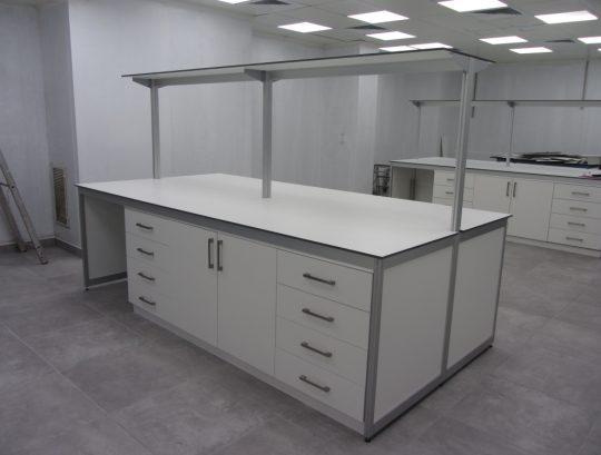 שולחן מעבדה דו צדדי כולל ריהוט ומדף עליון