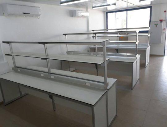 שולחנות מעבדה דו צדדים בשילוב תעלות חשמל ותאורה