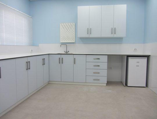 ארונות למעבדה כולל משטחי HPL בשילוב כיורי נירוסטה וברזים