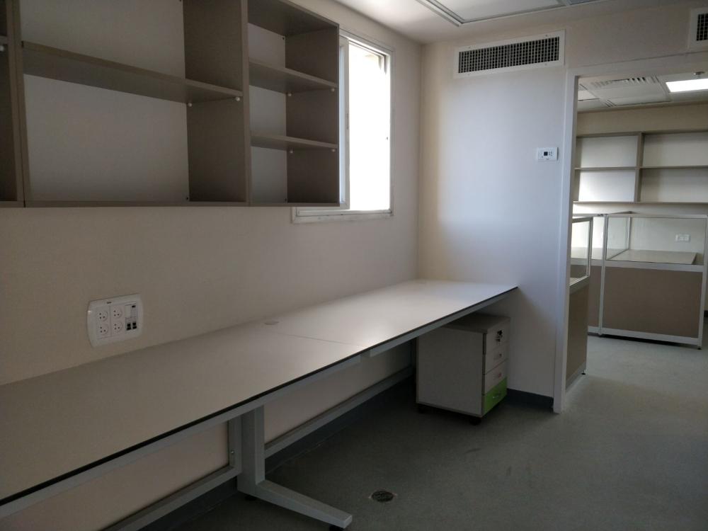 שולחן מעבדה עם רגלי מתכת
