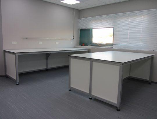 """שולחנות מעבדה בודדים ודו צדדי במידות שונות ע""""פ צרכי הלקוח"""