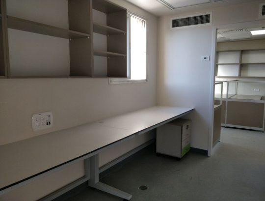 """שולחנות מעבדה כולל רגלי ברזל צבועות בתנור , משטח שולחני HPL למעבדה בעובי 19 מ""""מ."""