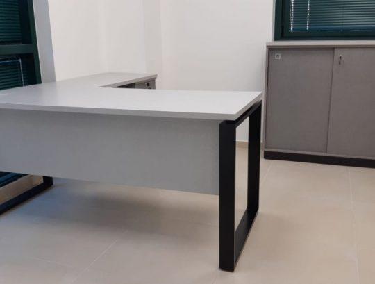 שולחן בצורת ר שלד רגלי חלון כולל ריהוט נלווה