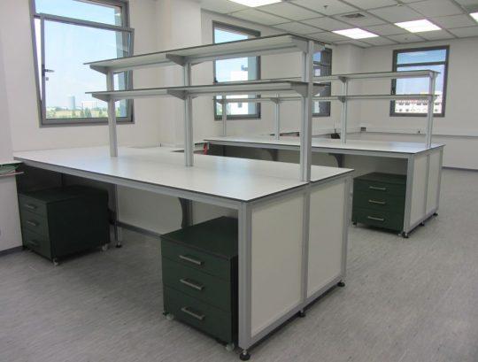 שולחנות מעבדה דו צדדים כולל מדפים וריהוט