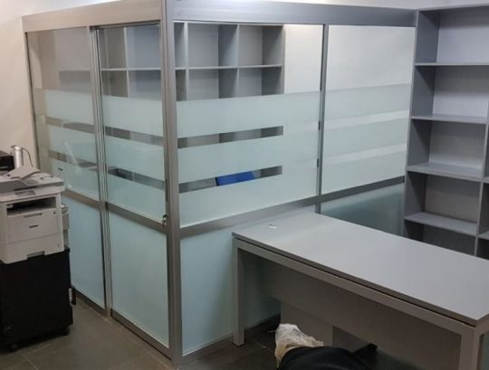 מחיצות לסגירת משרד כולל דלת הזזה