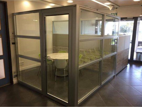 """מחיצות סגירת משרד בעובי 8 ס""""מ בחיפוי 3 קומות זכוכית"""