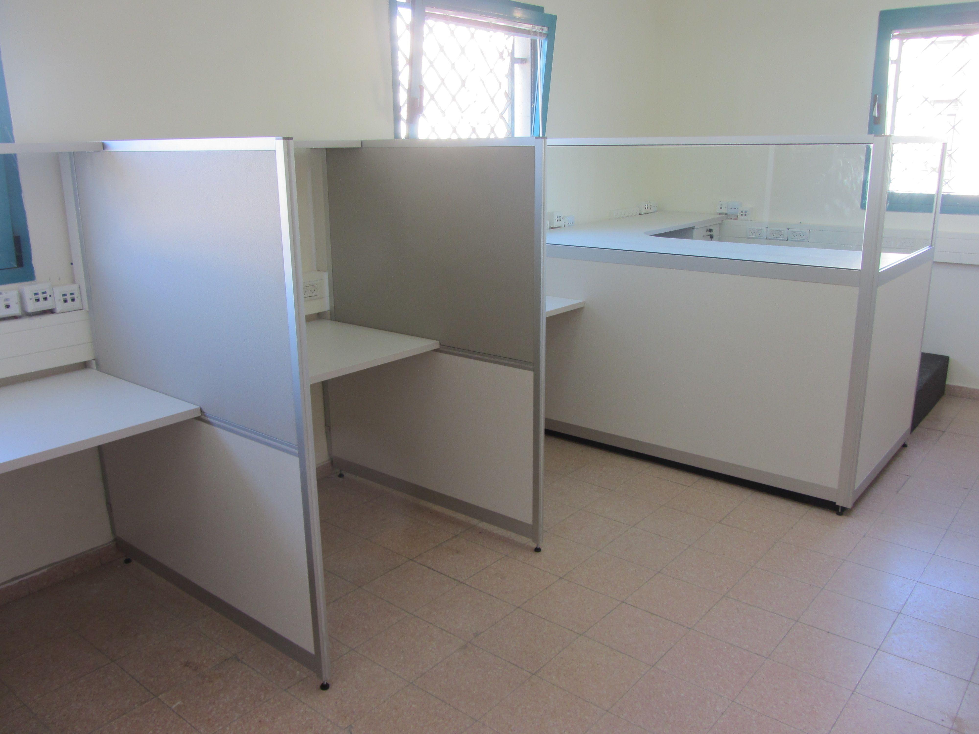שולחן ארגונומי ומחיצות בעלות חלק עליון זכוכית שקופה