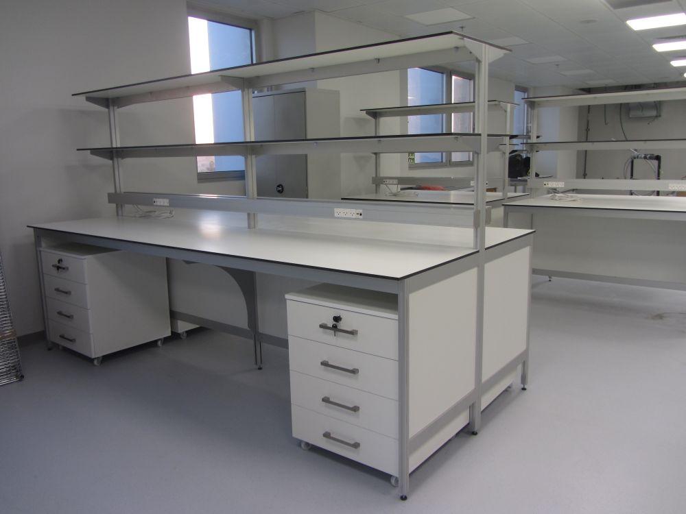 שולחנות מעבדה דו צדדיים עם מגירות