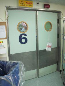לפני החלפת דלתות בחדר ניתוח