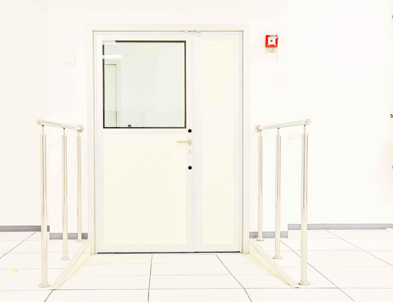 דלת בחדר נקי