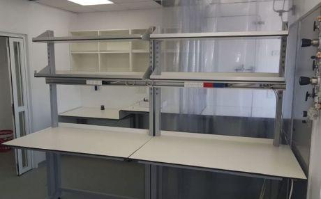 שולחן מעבדה עם רגלי C