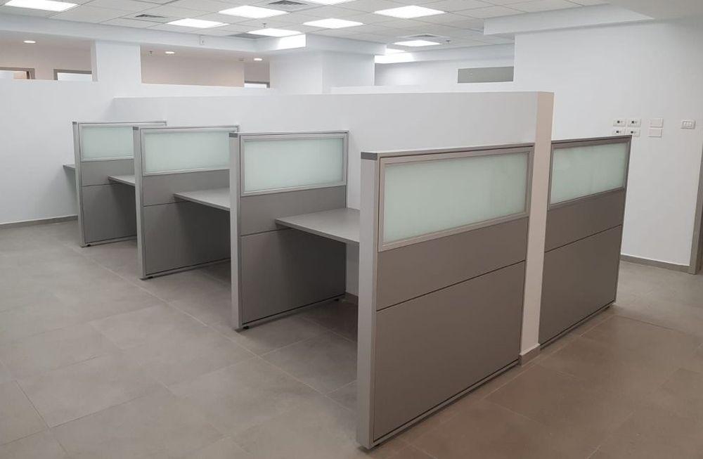 מחיצות זכוכית חלבית למשרדים