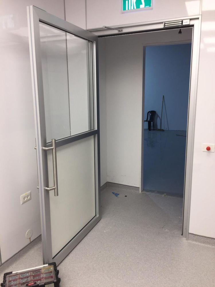 דלת גדולה לחדר נקי