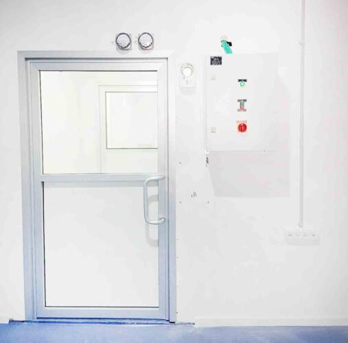 דלת חד-כנפית בזיגוג בודד