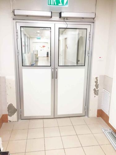 דלת עם מנגנון חשמלי