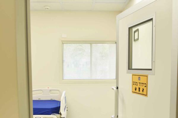 דלת וחלון חדר בידוד בבית חולים