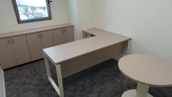 חדר מנהל כולל ריהוט ושולחן עגול