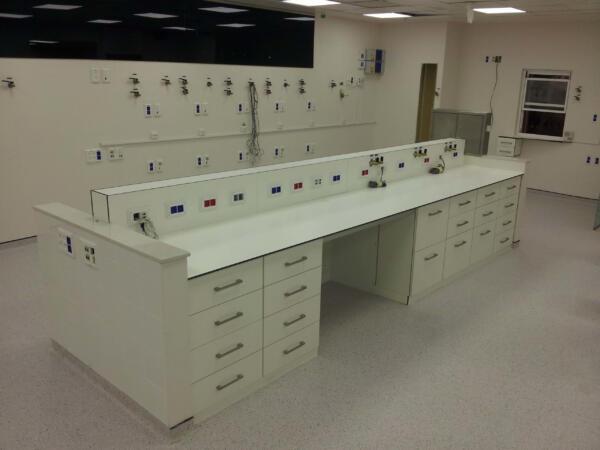 עמדות עבודה למעבדות בבתי חולים