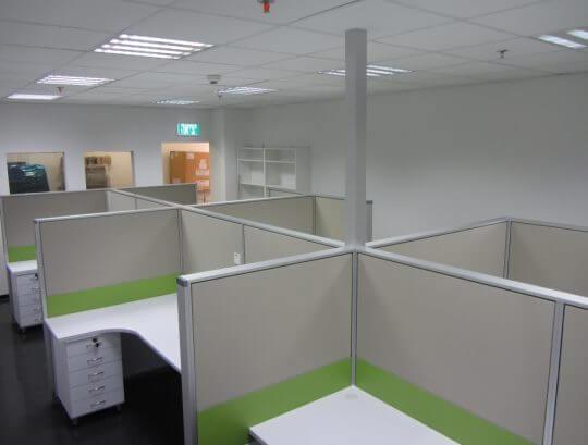 קיובקים כולל מעבר חשמל באמצעות תורן מרובע מהתקרה לעמדות.