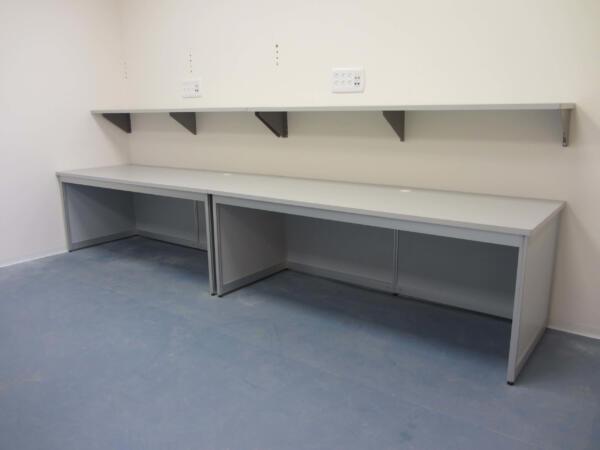 שולחן אלומיניום משטחים אנטי סטטי ומדפים על קיר