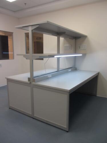 שולחן למעבדת אלקטרוניקה כולל תאורה ותעלות חשמל