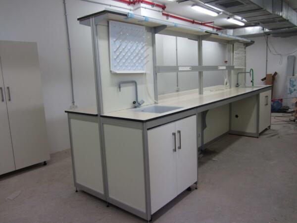 שולחן מעבדה כולל מדפים ומשטחי טרספה