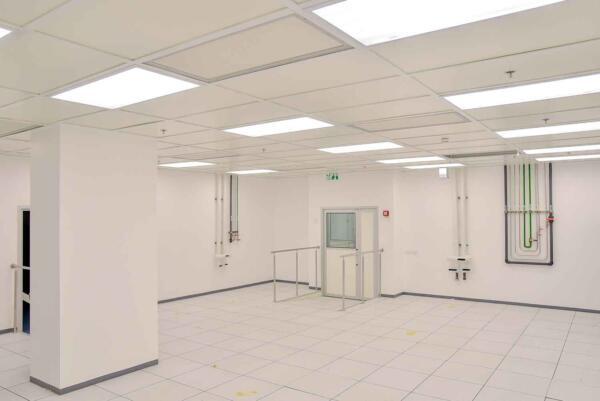 תקרה בחדר נקי כולל פילטרים ותאורה