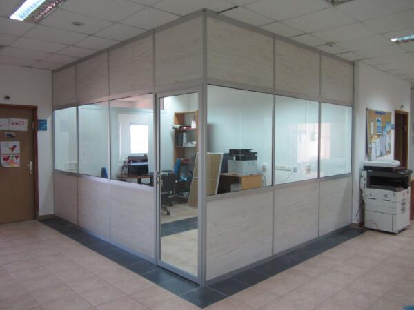 מחיצות רצפה תקרה כולל דלת ציר