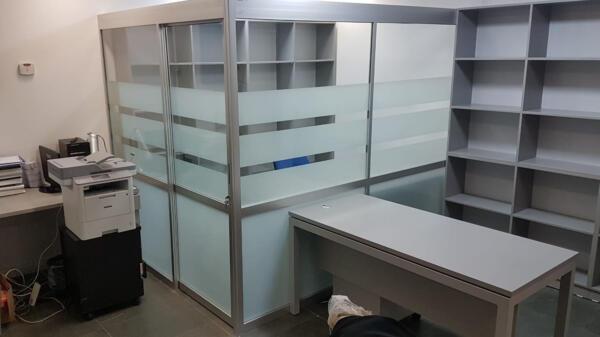 סגירת משרד בשילוב זכוכית פסים