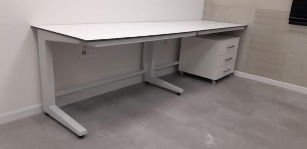 שולחנות מעבדה רגלי ברזל